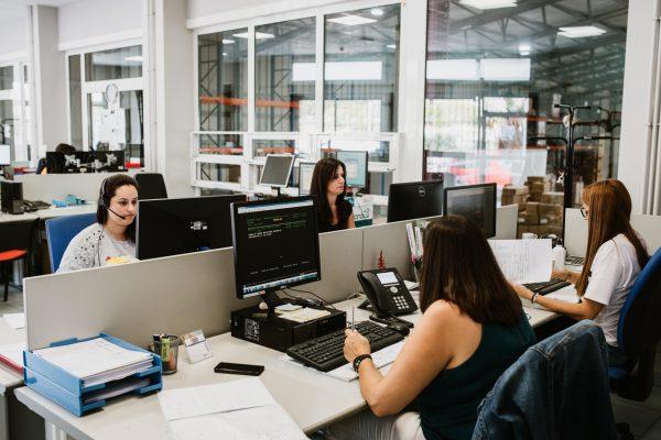 Oficinas con empleadas trabajando