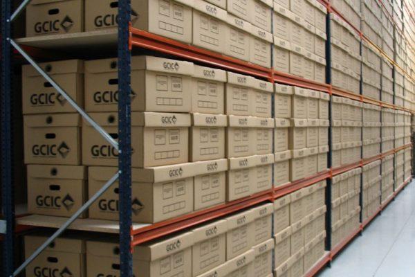 Estantería llena de cajas con el logo de GCIC