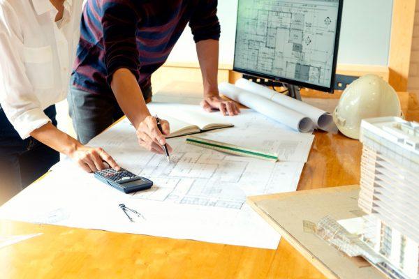 Trabajadores estudiando un plano de obra