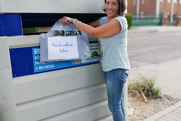 mujer reciclando papel