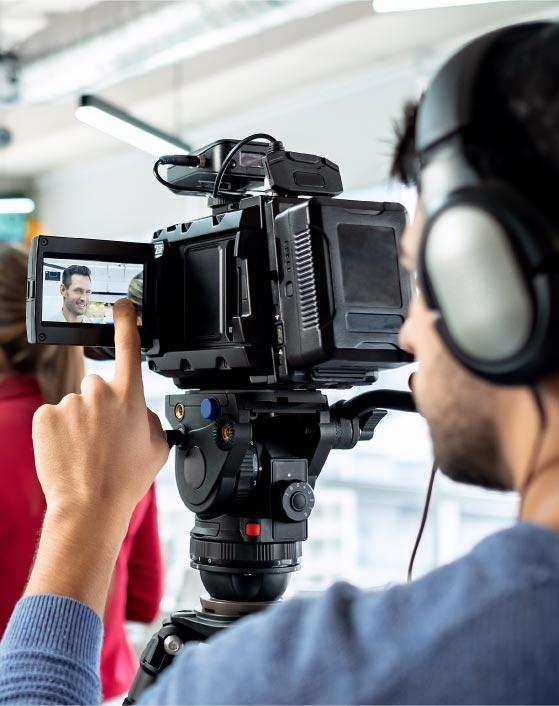 cámara grabando entrevista
