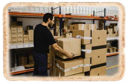 trabajador colocando cajas