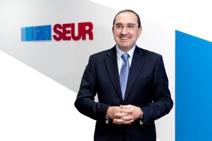 foto de Manuel Valle frente a logo SEUR como presidente de SEUR España
